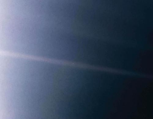 Pale Blue Dot:ボイジャーが最後に振り返って撮った写真:中央の1点の光が地球